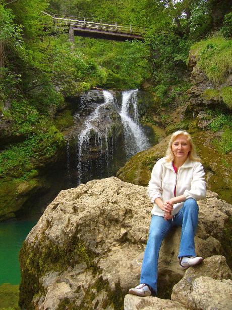 Anyu a vízesésénél Vintgar-ban