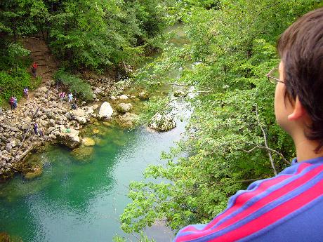 Én a vízesés fölötti hídon, Vintgar-ban