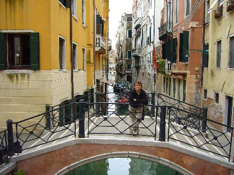 Velencén egy hídon